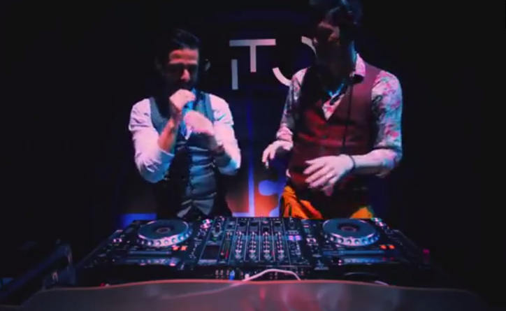 Che canzone stanno suonando i ReLoud in questo video?