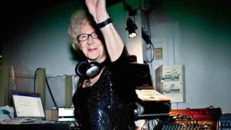 Ha 77 anni la DJ più anziana del mondo (ed è ancora in attività)