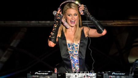Paris Hilton DJ al Just Cavalli di Milano. E chi se la perde?