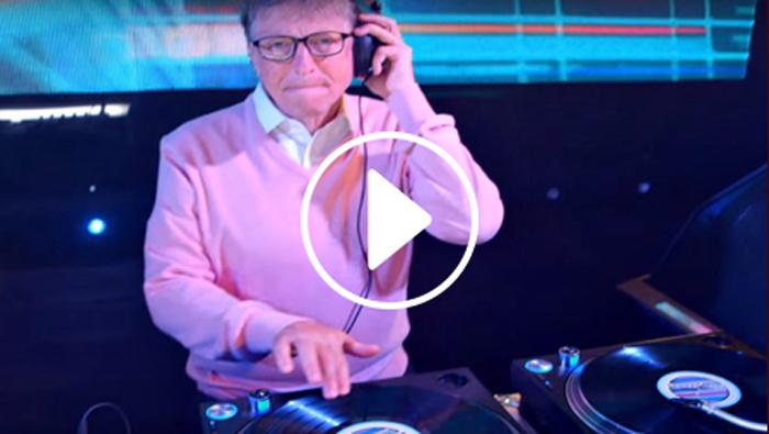 Bill Gates lancia la sua carriera da DJ con una super performance