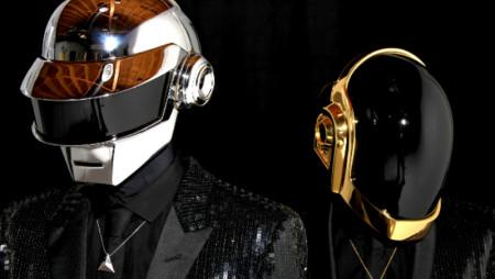 Toccare i Daft Punk è vietato. Eppure c'è chi li risuona con tubi di PVC