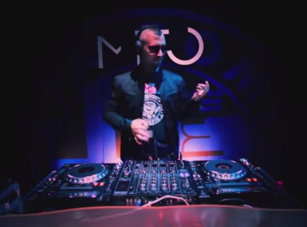 Che canzone sta suonando Manuel Rotondo in questo video?