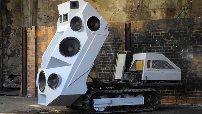 Clubbing guerrilla? Nick Novak e il suo carrarmato Transformer per DJ