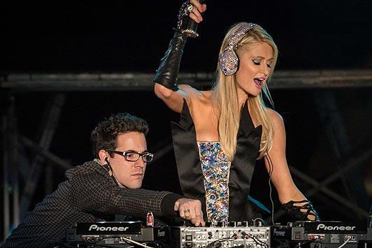 Gente vera che veramente impazzisce per la DJ Paris Hilton